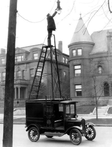 Changing street lights, 1910s.